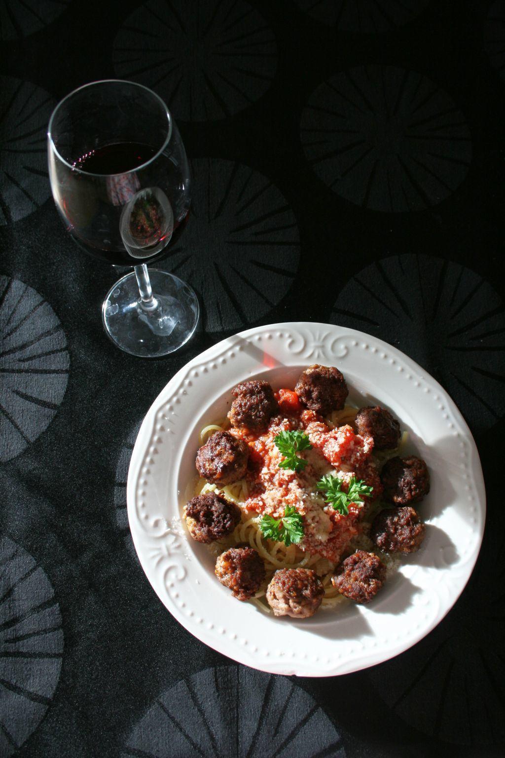 spaghete cu chiftelute si sos de rosii